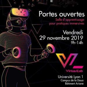 Affiche de l'inauguration du virtual lab. Une personne portant un occulus rift.